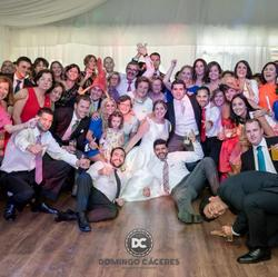 ¡Todos los invitados de la boda con su pajarita en la solapa!