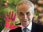 Josep Carreras during a visit at a paediatric hospital in Germany