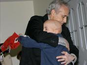 Josep Carreras junto a un pequeño paciente de leucemia