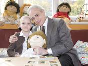 Josep Carreras junto a una pequeña paciente de leucemia