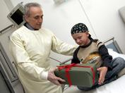 Josep Carreras visitando a un paciente de leucemia en un hospital en Alemania
