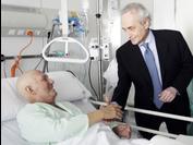 Josep Carreras visitando a un paciente en el Hospital Sant Pau de Barcelona en 2010