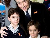 Josep Carreras junto a Rodrigo, ex-paciente de leucemia, y su hermano mayor durante la campaña de sensibilización de 2011