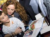 María Castro, junto a un joven paciente en el Hospital Niño Jesús de Madrid durante nuestra campaña de sensibilización de 2011