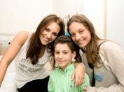 Paula Echevarría y Michelle Jenner junto a Antonio, ex-paciente de leucemia, durante nuestra campaña de sensibilización de 2009