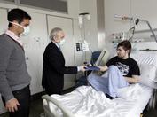 Josep Carreras visitando a un joven paciente de leucemia junto al futbolista Rafa Márquez durante la campaña de sensibilización de 2010