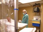 Josep Carreras visitando a un paciente durante la campaña de sensibilización de 2005 en el Hospital Clínic