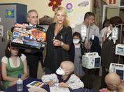 Josep Carreras y Belén Rueda durante la campaña de sensibilización de 2008 en el Hospital Niño Jesús