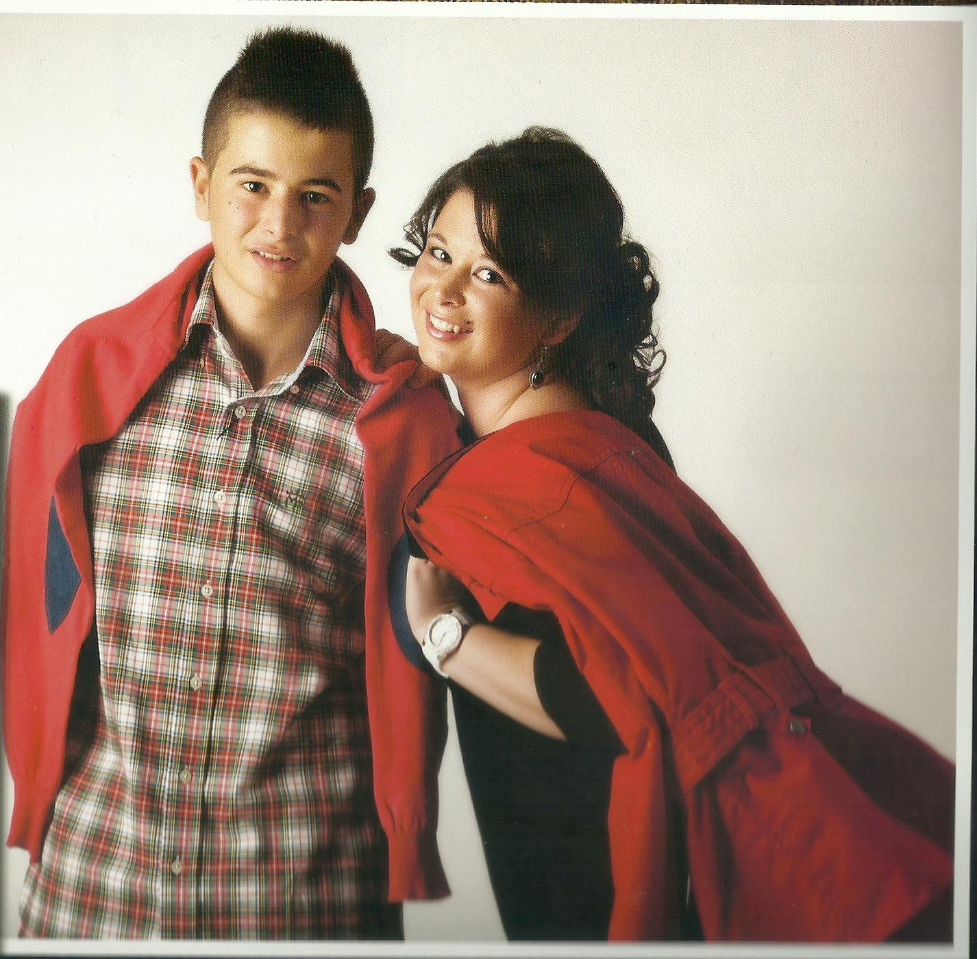 Sandra, ex-paciente de linfoma, con su hermano