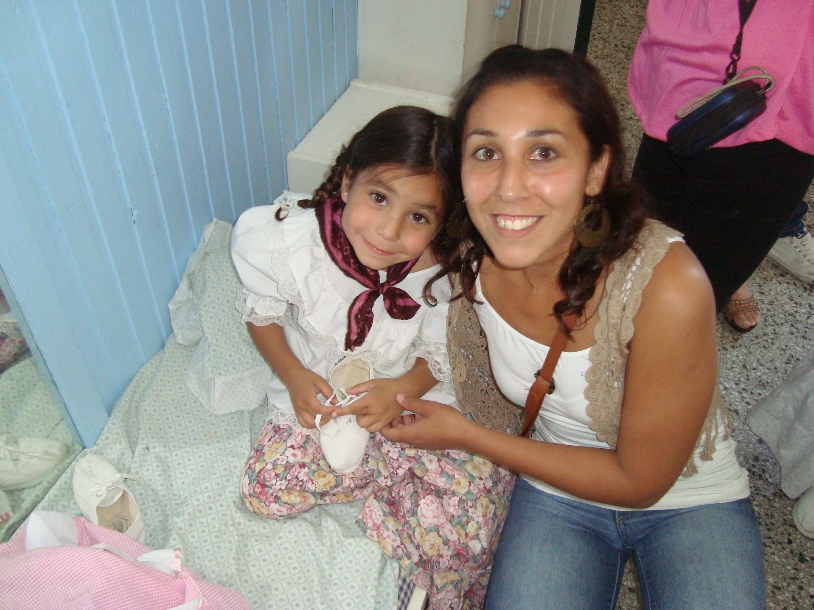 Yamila, ex-paciente de Linfoma de Hodgkin, con su hija